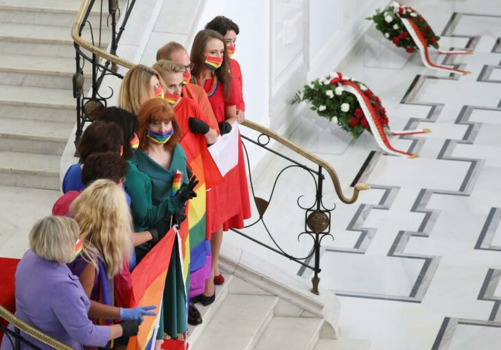 Polish opposition shows rainbow LGBT solidarity at president's swearing-in – Reuters